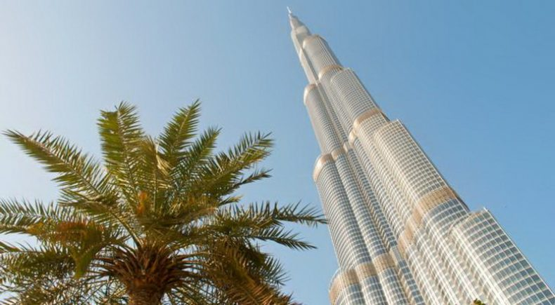(العربية) شاهد: الفرق بين السلالم والمصاعد الكهربائية لصعود أعلى الأبراج في العالم