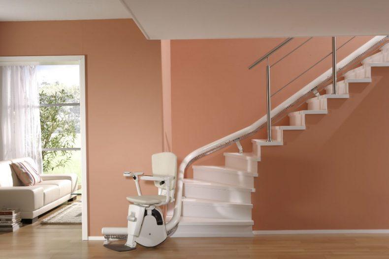 (العربية) تعرف على كرسي الدرج المتحرك أو مصعد الكرسي الكهربائي (ستيرليفتس)؟