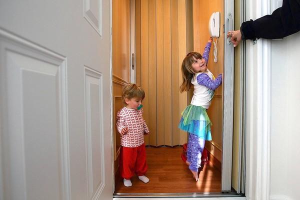 نصائحٌ وتوجيهات لسلامة اطفالك عند استعمال المصاعد المنزلية
