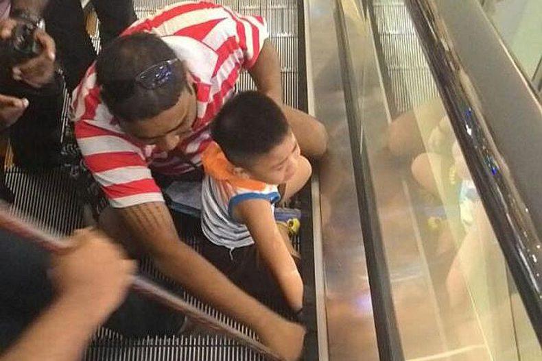 أطفالك يواجهون مخاطر السلالم والمصاعد الكهربائية.. هكذا ينبغي أن تتجنبها